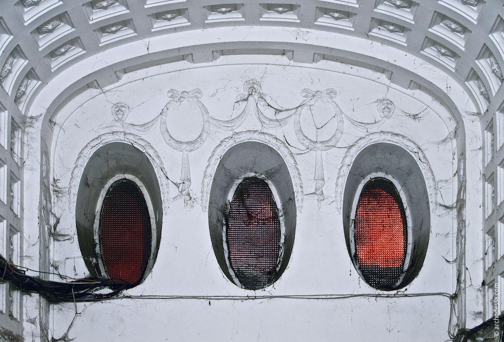 Verzierungen des Fensterblocks über dem Portal, Innenansicht