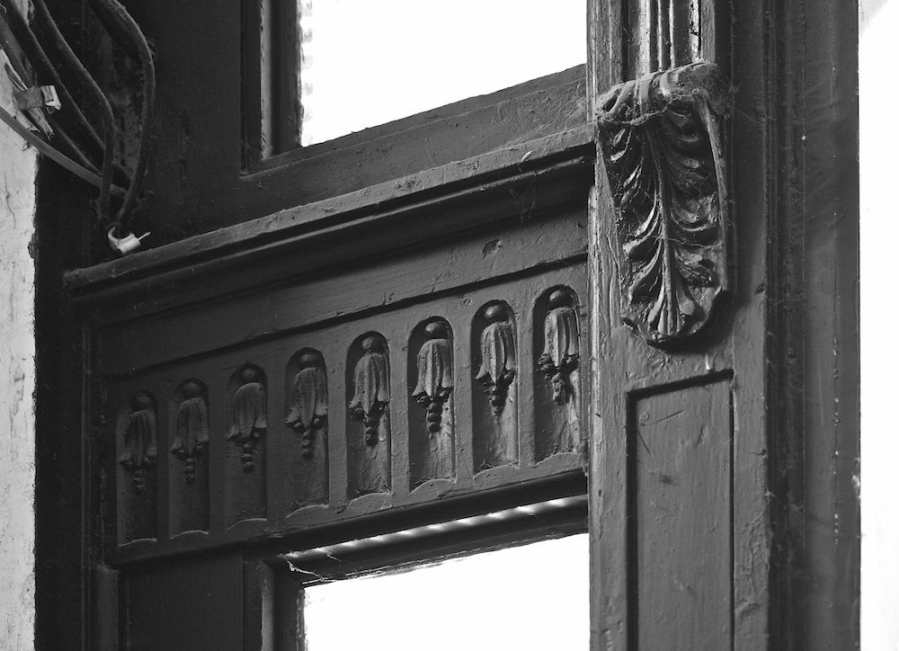 Türdekor, Ausschnitt (Originaltür, die zum Treppenabsatz führt)