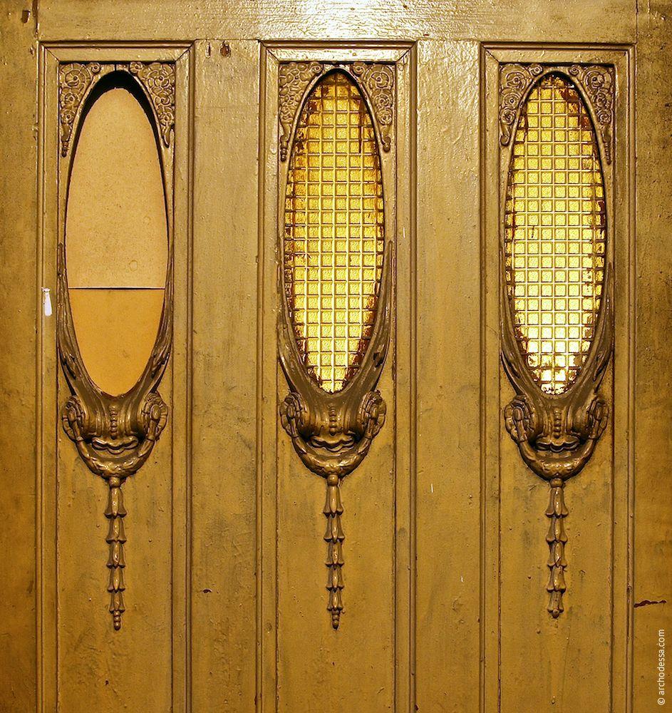 Dekor der drei ovalen Türfenster
