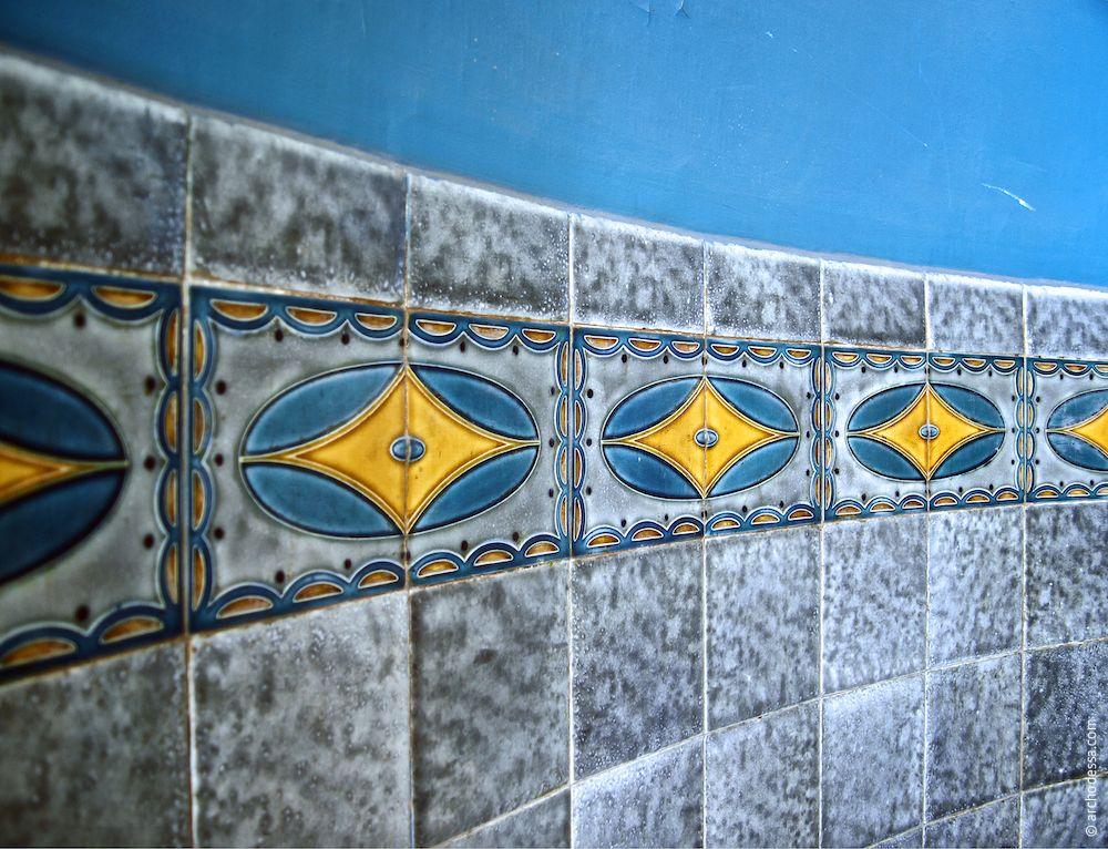 Wandfliesen des halbkreisförmigen Treppenabsatzes, ein Ausschnitt