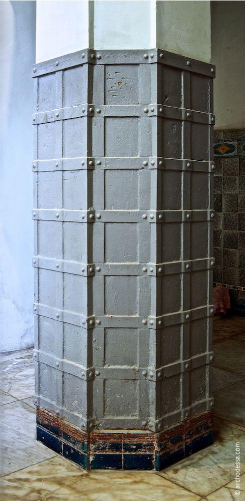 Unterer Säulenteil, mit Metallplatten verkleidet
