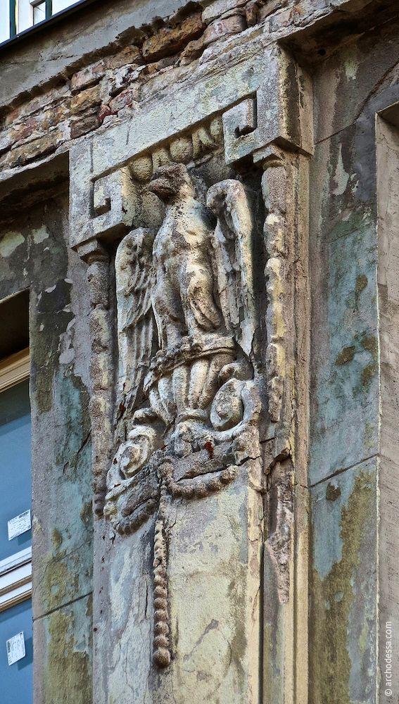 Adler-Flachrelief am Pilasterkopf