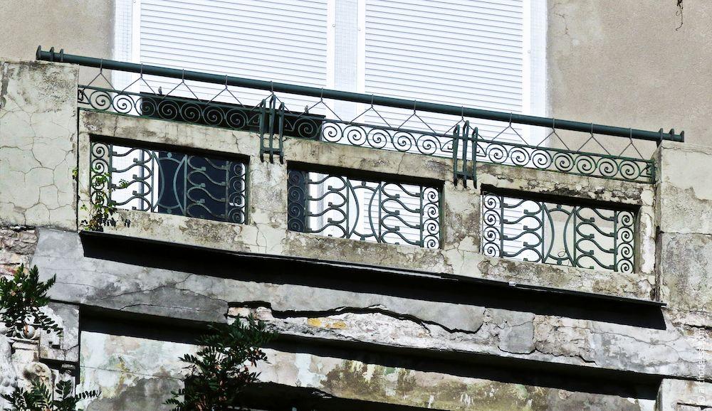 Balkonbrüstung im oberen Stockwerk, mit der Loggia-Brüstung korrespondierend