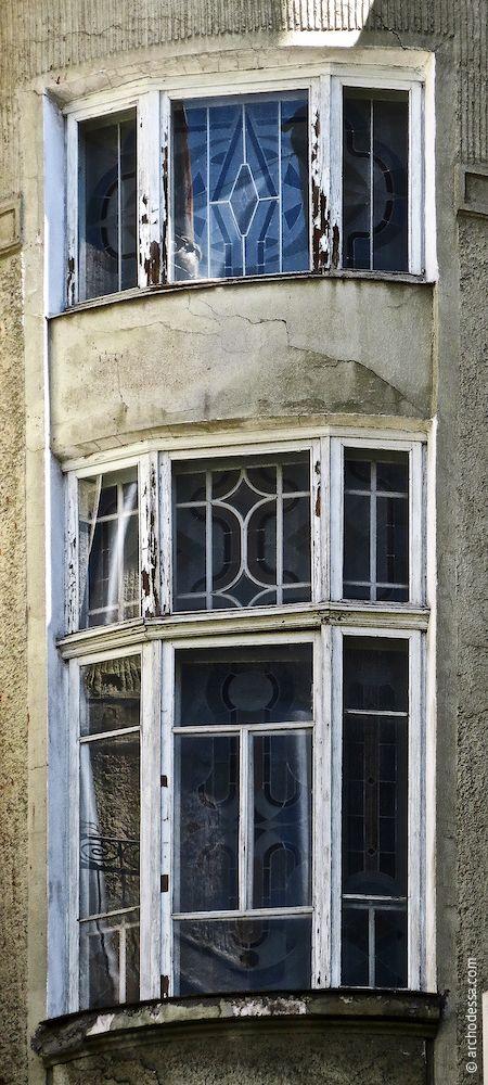 Fenster mit restauriertem Mosaik, Treppenhaus Marazlijewskaja-Straße, oberstes Stockwerk