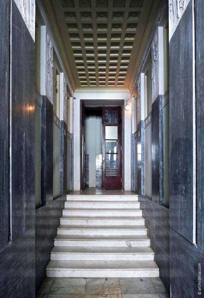 Treppe vom Eingang aus