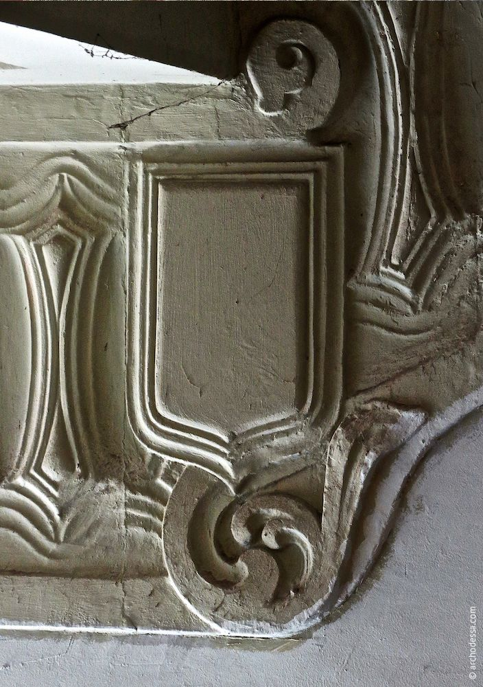 An Heraldik angelehntes Medaillon als Verbindung zwischen den waagerecht und diagonal verlaufenden Abschnitten