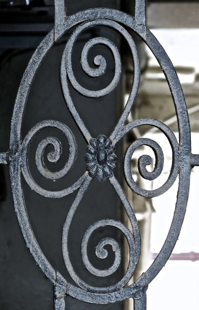 Schmiedeeisernes Medaillon (korrespondiert mit den Zierelementen an den Fahrstuhltüren in Treppenhäusern)
