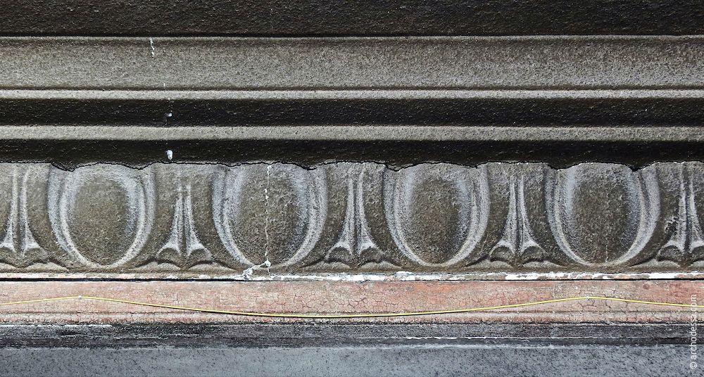 Souterrain-Gesims, das die gesamte Hausfassade lückenlos umschließt