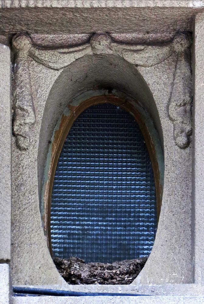 Eins der ovalen Hausflurfenster