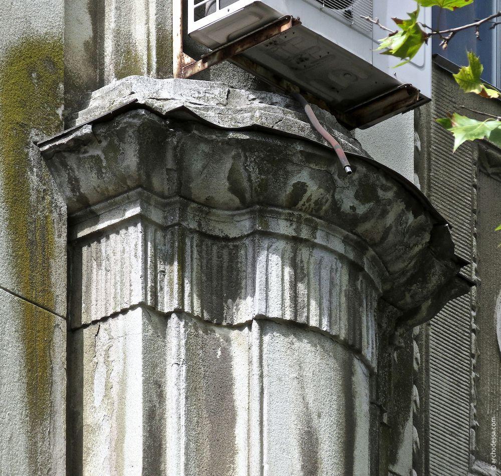 Kapitell des unteren Pilasterteils über die Höhe des ersten Stockwerks