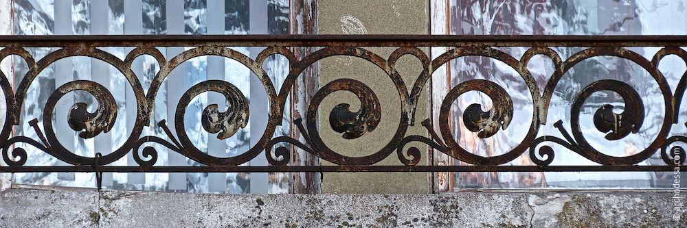 Balkon im 2. Stock, Marazlijewskaja-Straße, schmiedeeisernes Geländer, ein Ausschnitt
