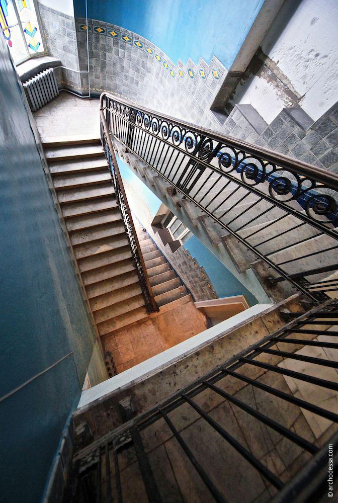 Treppenansicht vom Treppenabsatz im obersten Stockwerk