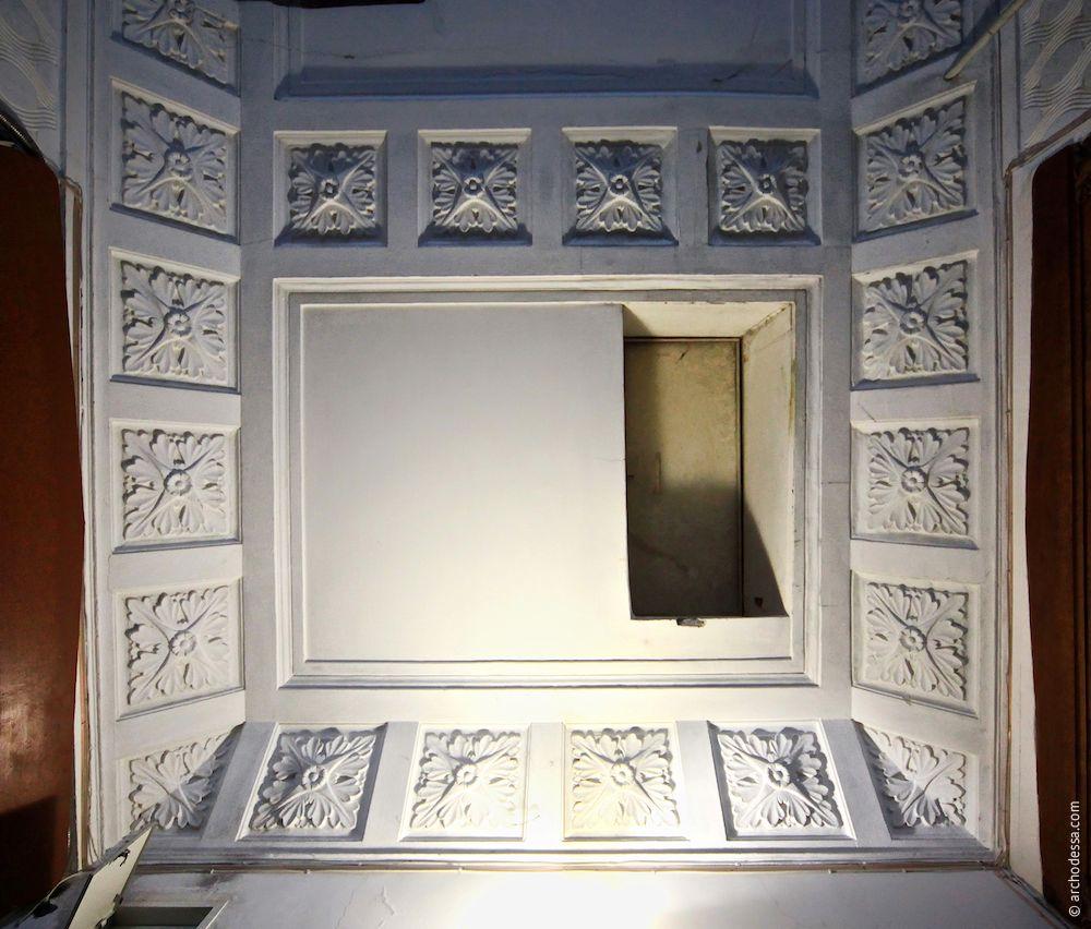 Die Decke über dem Treppenabsatz im obersten Stockwerk, ein Ausschnitt