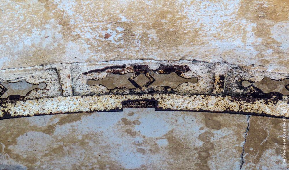 Фрагмент декоративной фрамуги в проеме со стороны двора