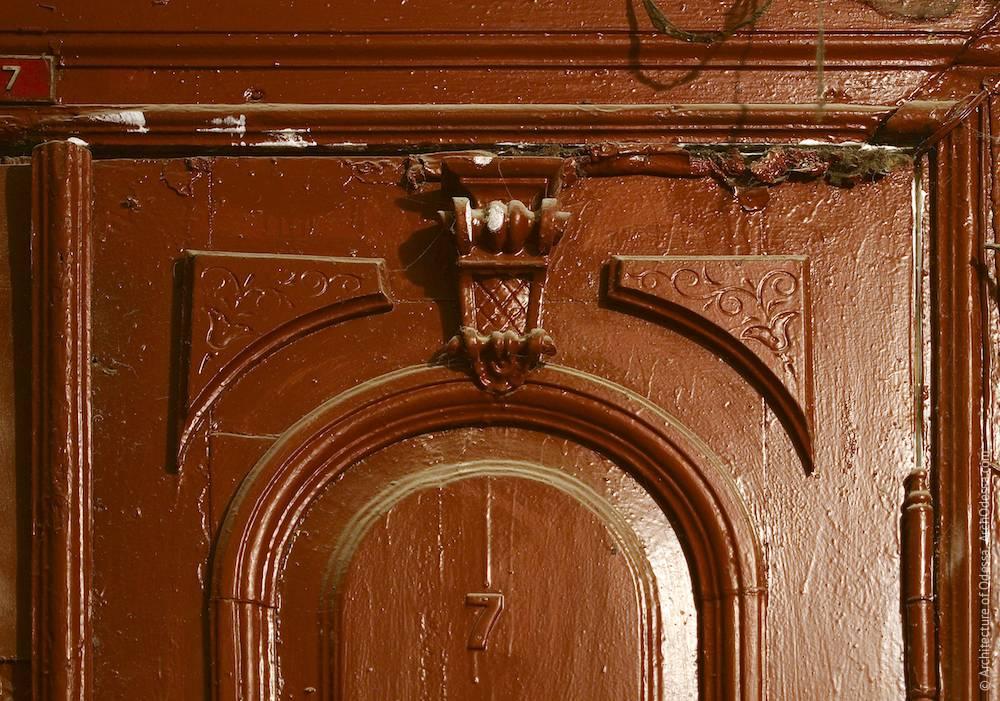 Квартирная дверь, фрагмент (верхняя часть створки)