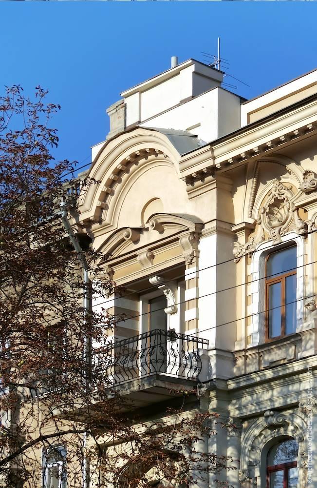 Фронтон, проемы с объединяющим барочным сандриком, балконное ограждение