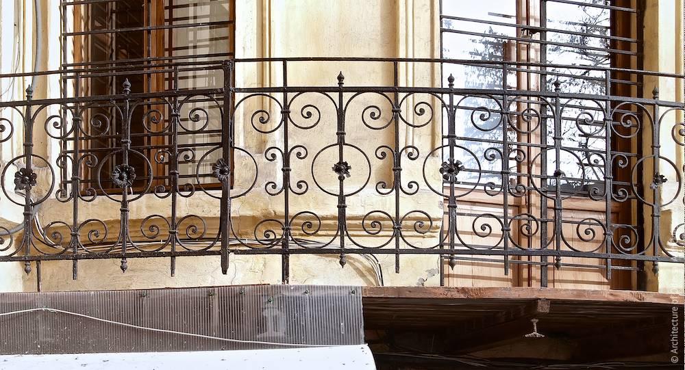 Фрагмент балконного ограждения углового ризалита