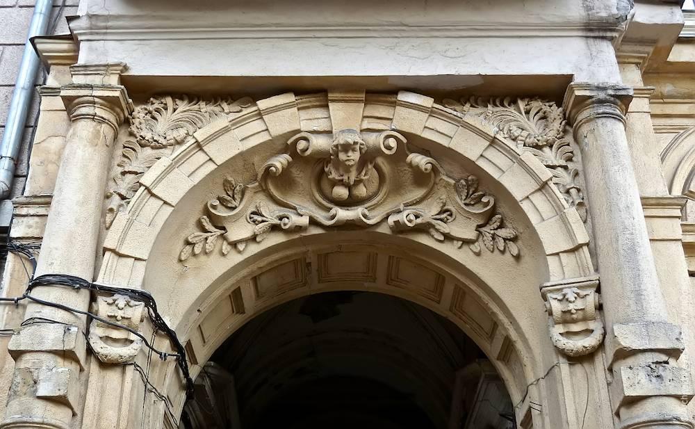 Общий вид декора над проемом арки