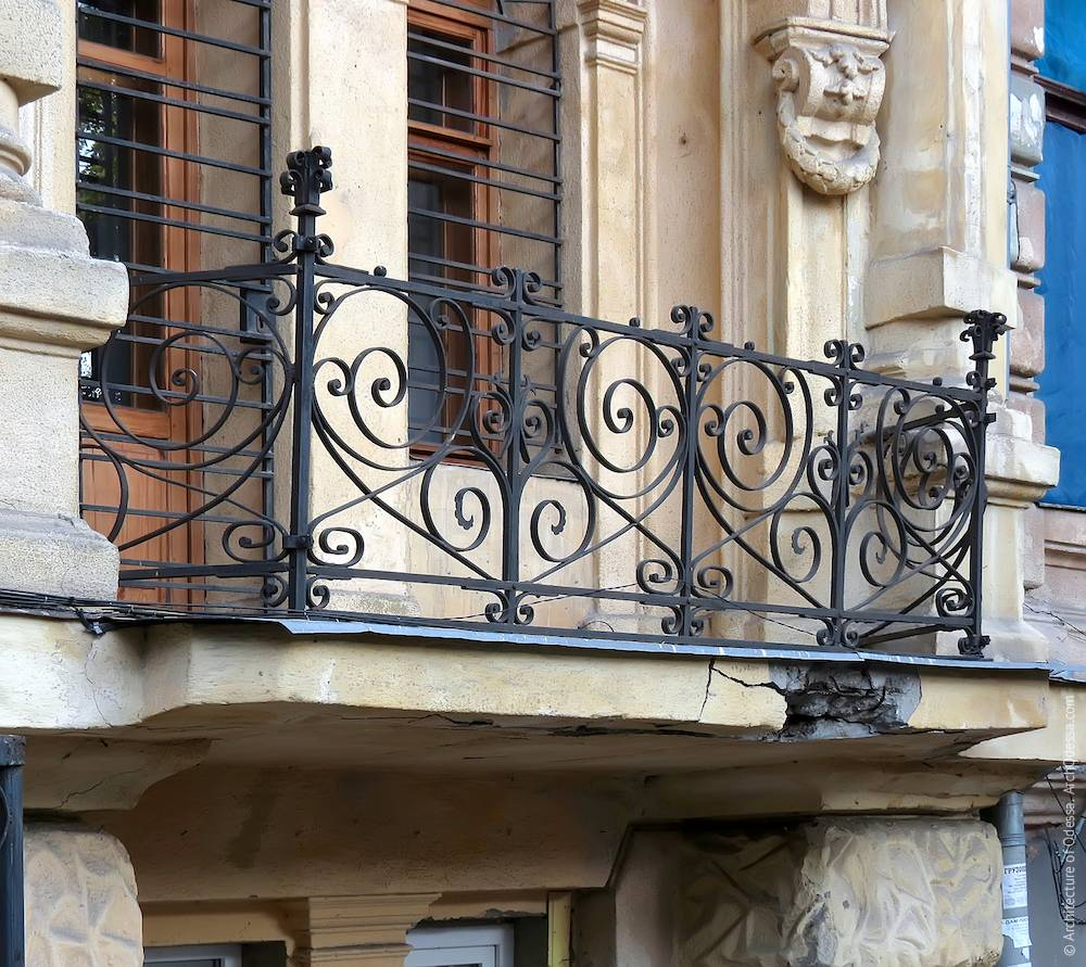 Правосторонний ризалит, балконное ограждение