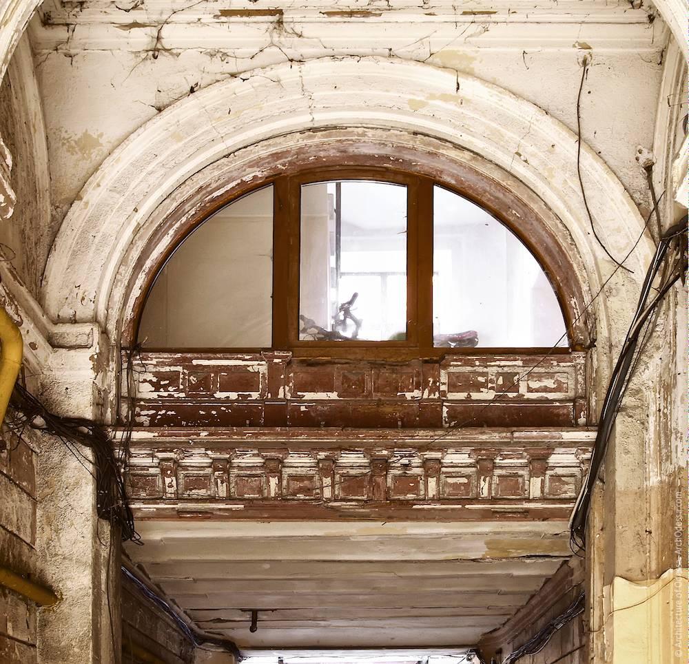Окно дворника, вид из арки