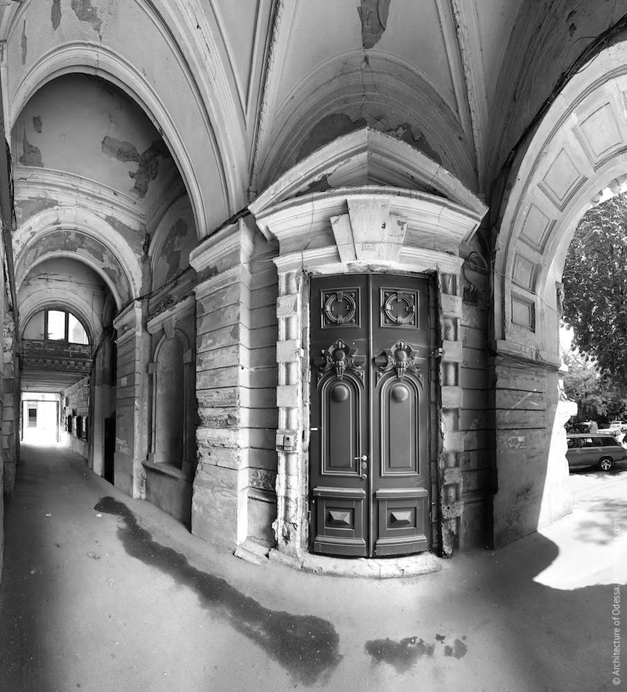 Общий вид арки и двери подъезда