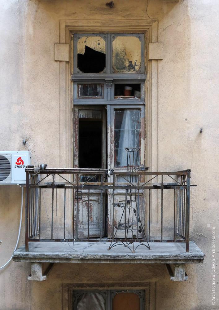 Служебный балкон и дверь черного хода