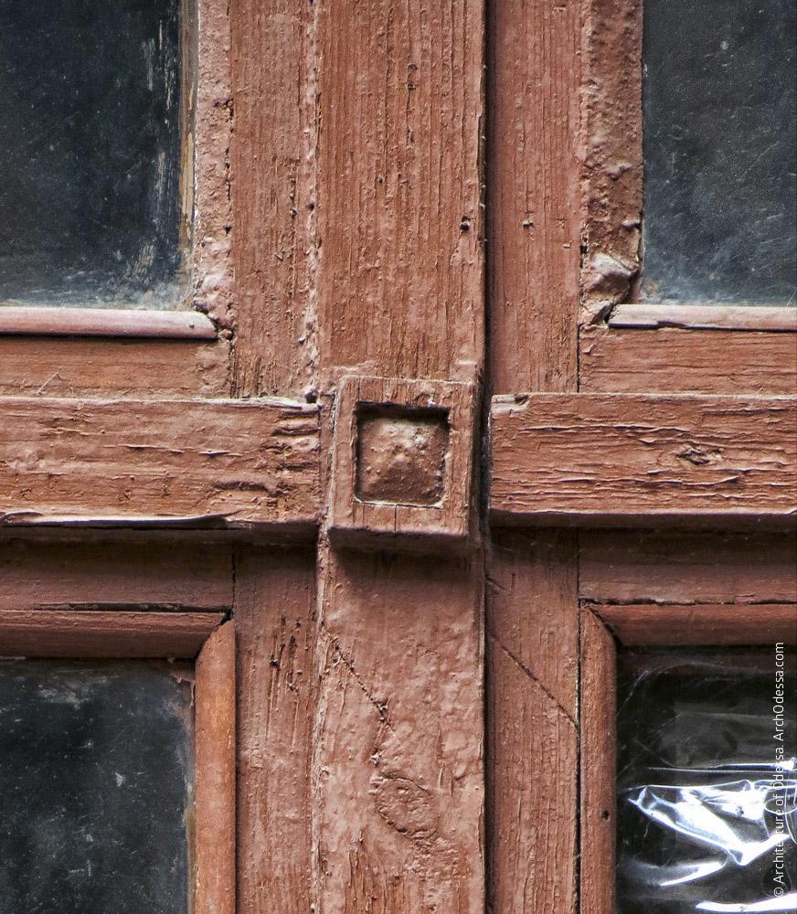 Окно подъезда, деталь
