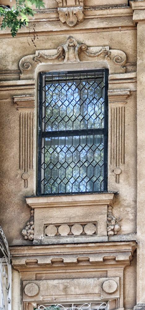 Окно основной фасадной плоскости