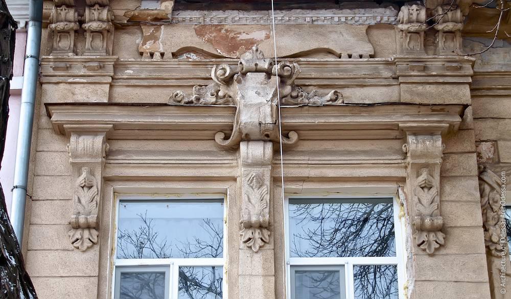 Сандрик, объединяющий два окна