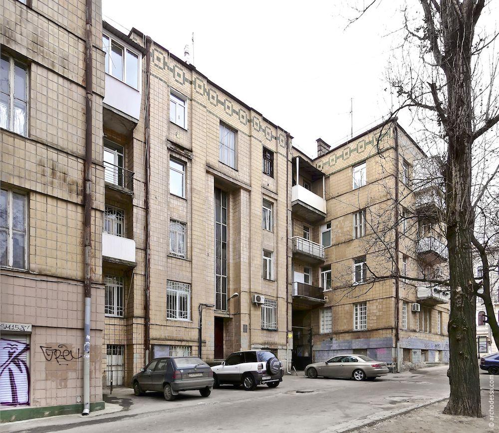 Центральная часть фасада по переулку Маяковского и образуемый ею курдоньер