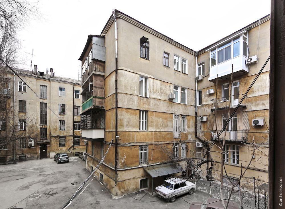 Центральная секция крыла по переулку Маяковского, выходящая во двор в виде мощного ризалита