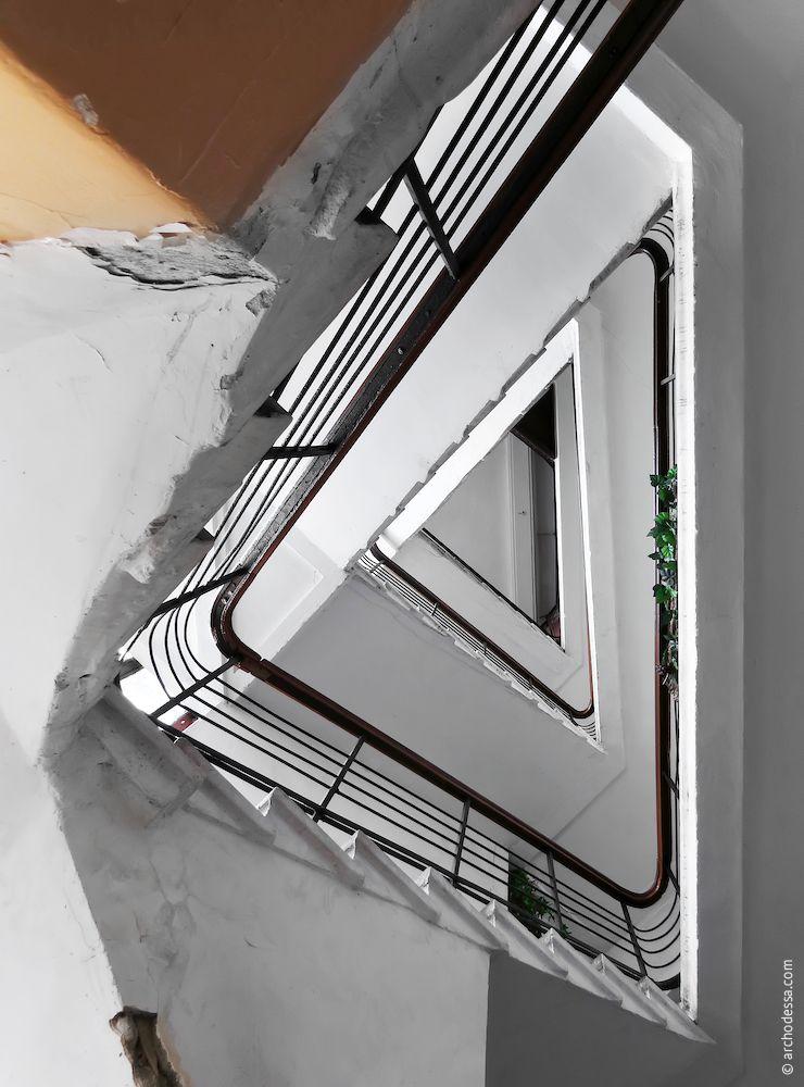 Лестничная клетка, вид снизу вверх