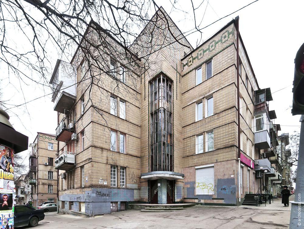 Общий вид здания с угла