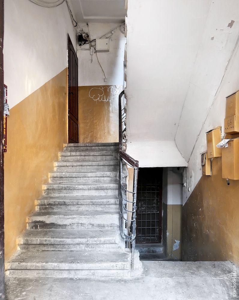 Площадка первого этажа и входной пролет