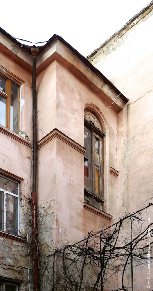 Верхня частина ризаліта сходової клітки під'їзду в крилі з боку Ольгіївської з півциркульним світловим вікном