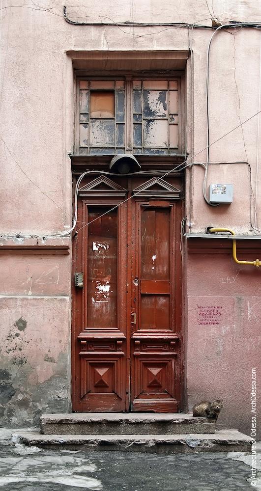 Двері під'їзду дворового крила