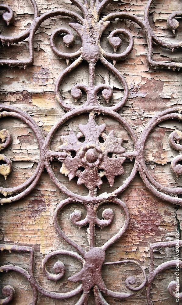 Деталь гратки отвору в стулці автентичних дверей