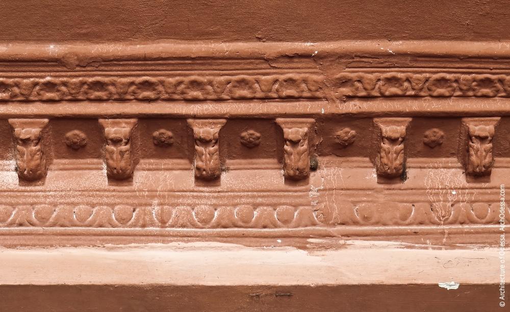 Фрагмент карниза под сводами арки