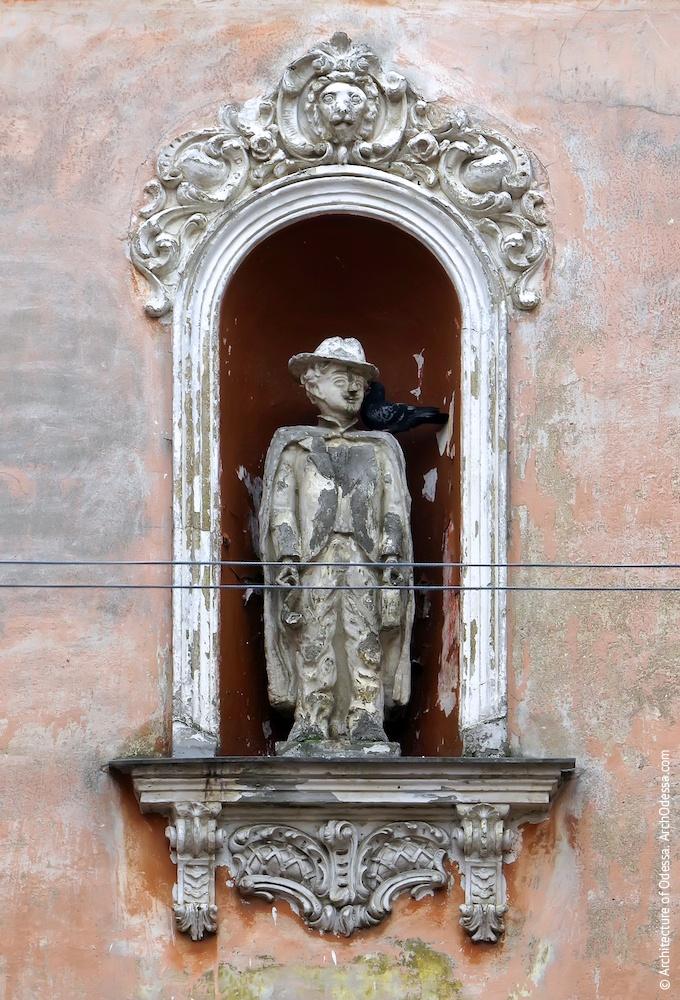 Ниша четвертого этажа со скульптурным изображением человека неизвестной профессии