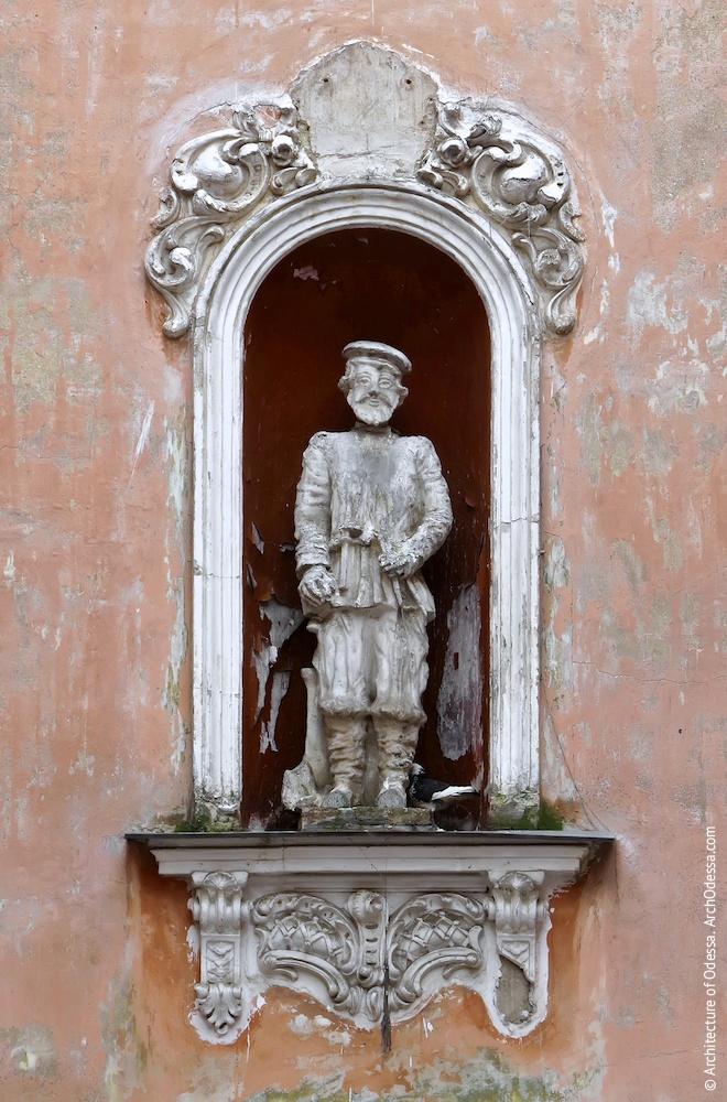 Ниша третьего этажа со скульптурным изображением крестьянина