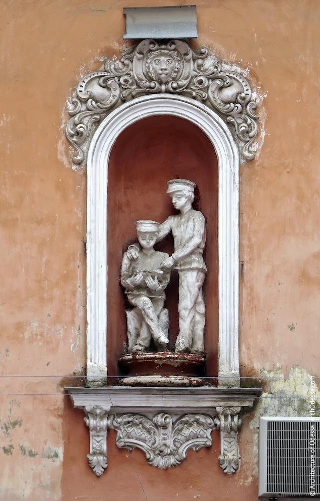 Ниша второго этажа со скульптурным изображением гимназистов