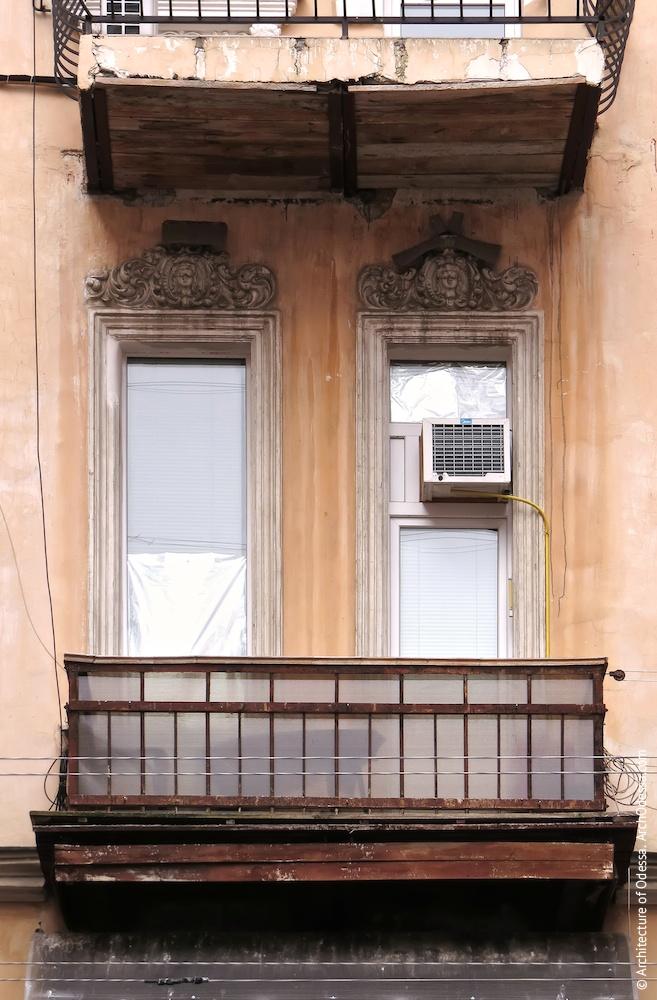 Окна в центральном ризалите лицевого крыла