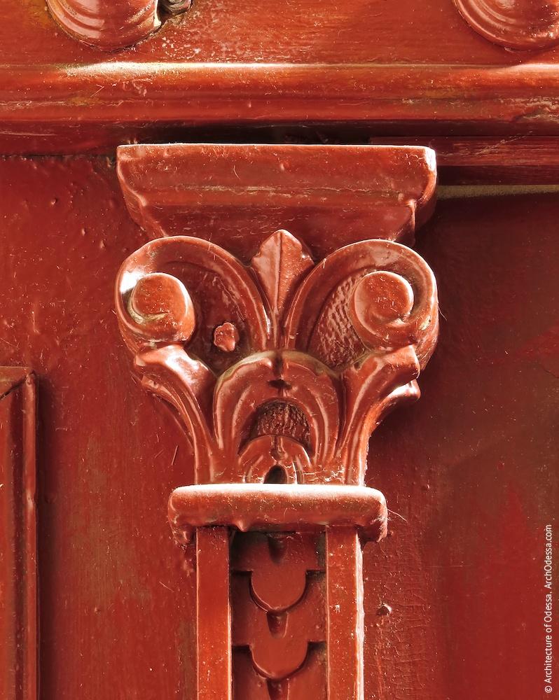 Аутентичная квартирная дверь, деталь (левосторонний подъезд)