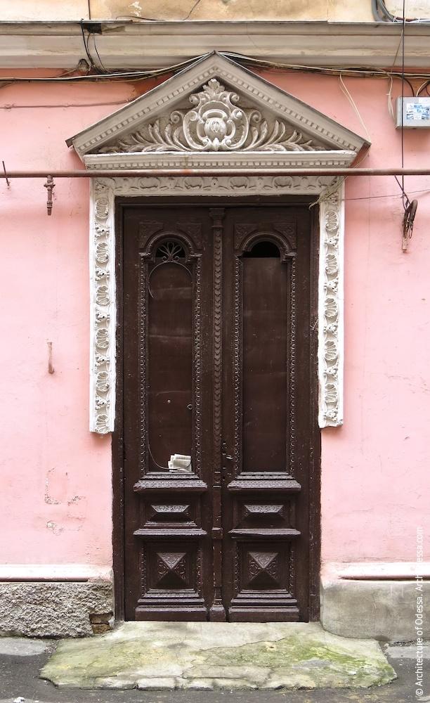Портал входа в подъезд правостороннего крыла, сохранивший оригинальную дверь