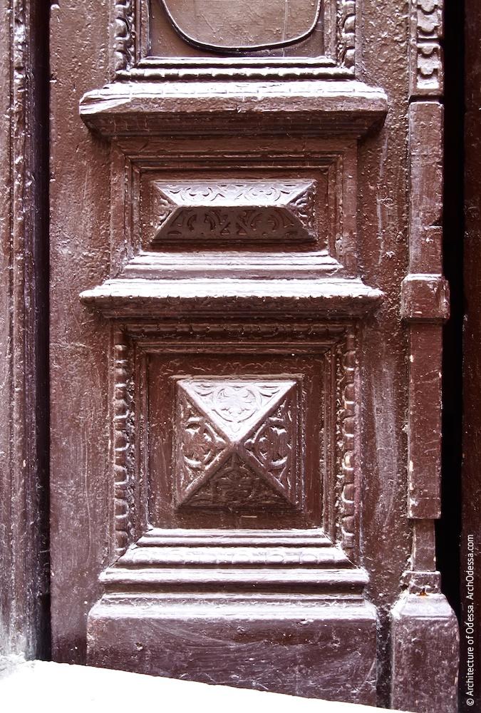 Оригинальная дверь подъезда бокового крыла, нижняя часть створки