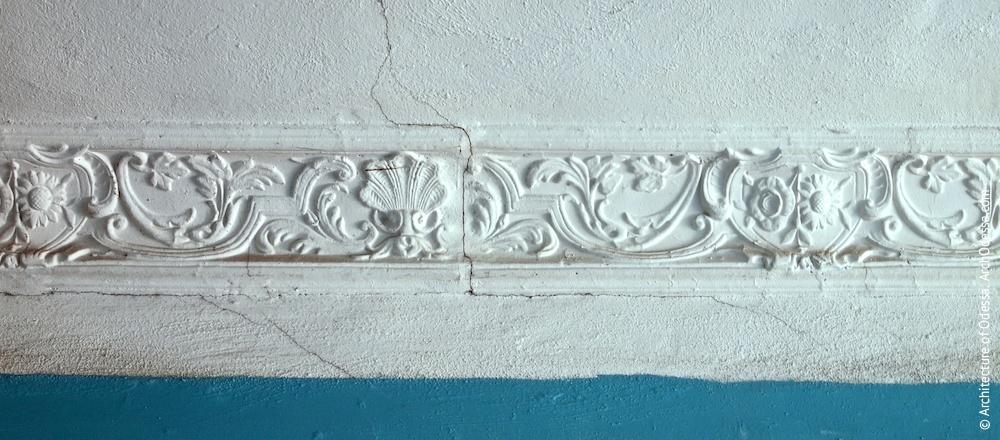 Фрагмент карниза под потолком лестничной клетки