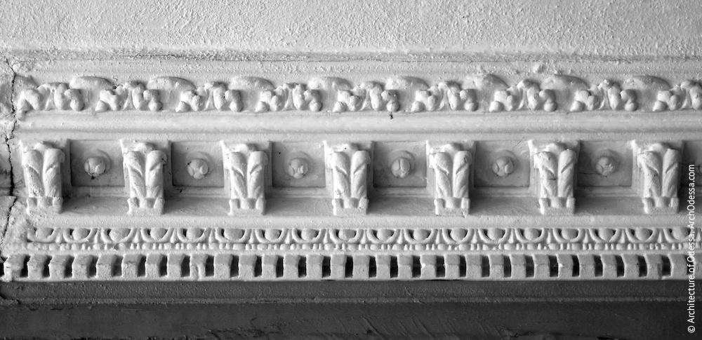 Фрагмент карниза под потолком вестибюля