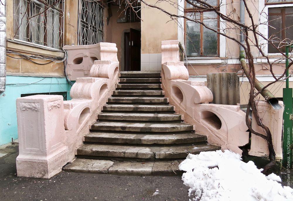 Лестница после ремонта и перекраски, общий вид