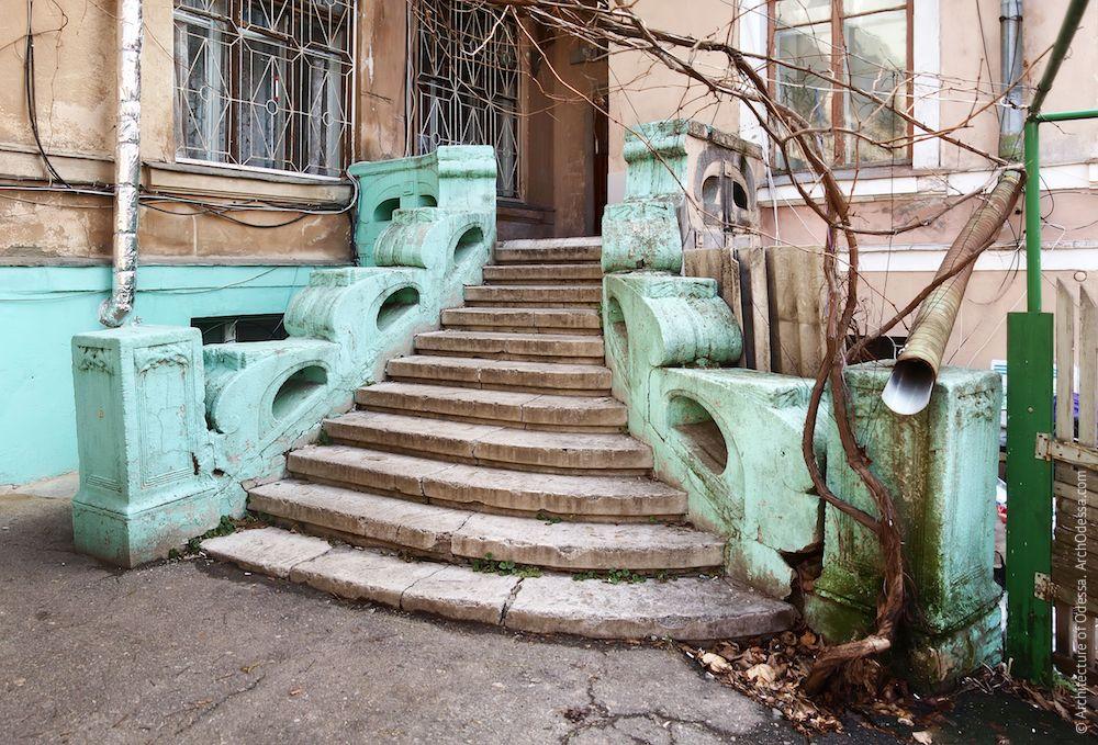 Лестница до ремонта и перекраски (фото сделано зимой 2012 года), общий вид