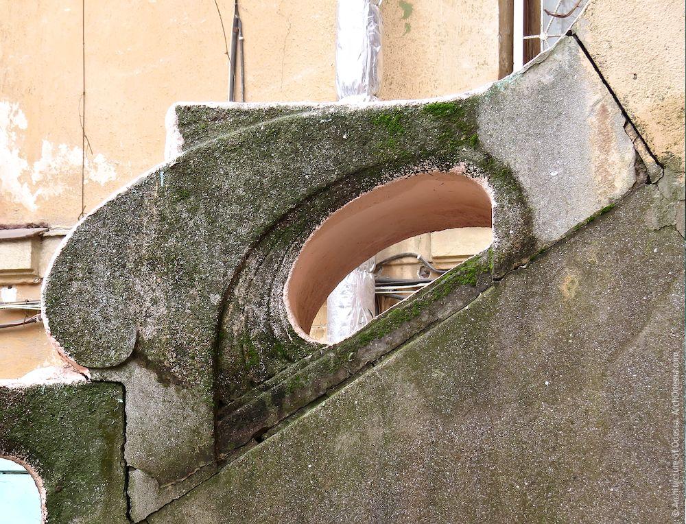 Лестница после ремонта и перекраски, фрагмент ограждения со стороны палисадника (перекраске не подвергался и сохранил аутентичные цвета)